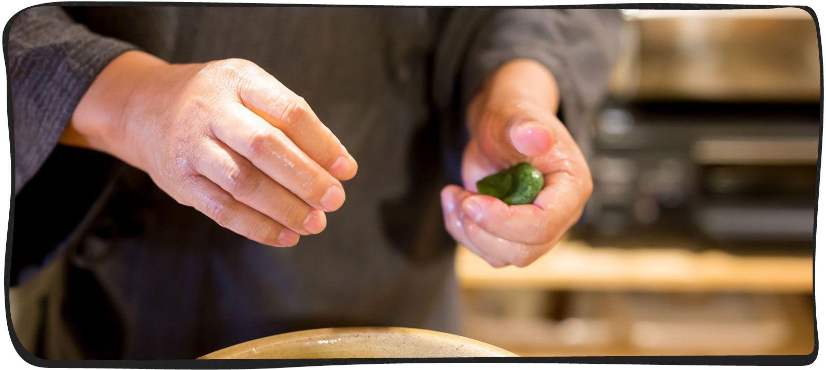 草餅を作っている画像01