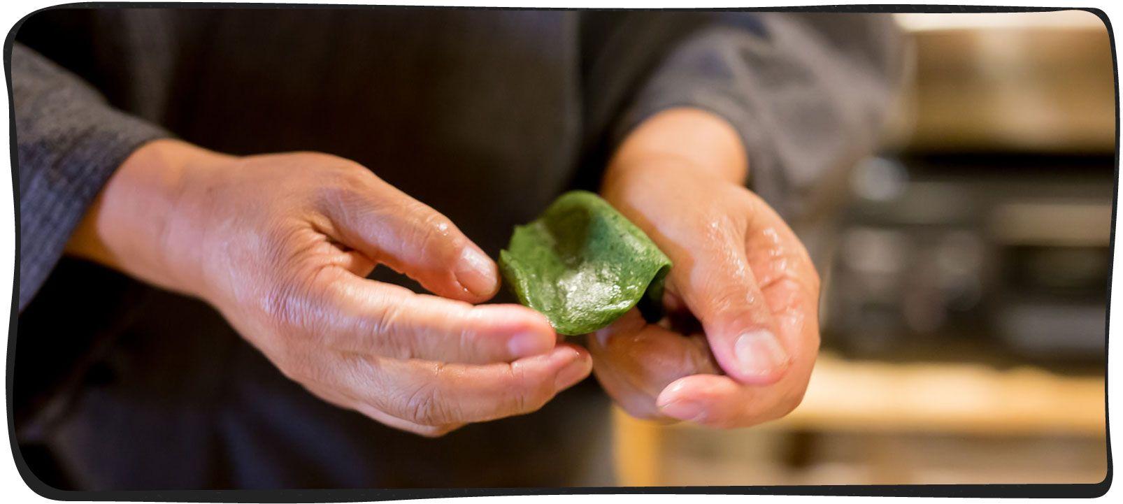 草餅を作っている画像02
