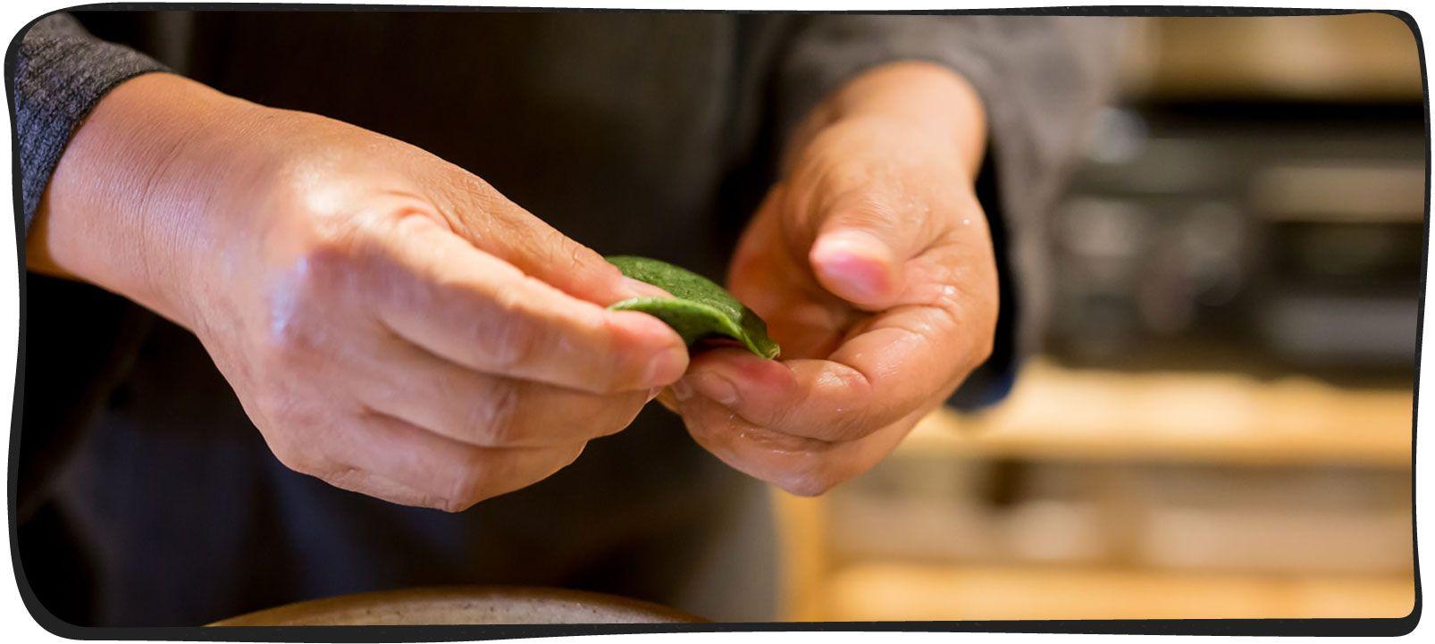 草餅を作っている画像03