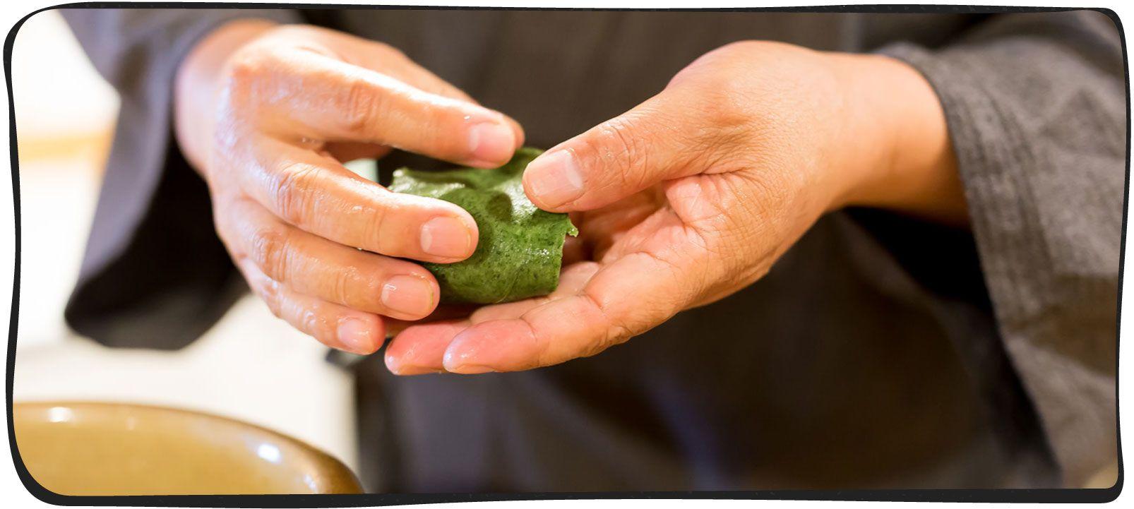 草餅を作っている画像05